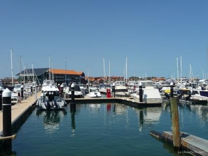 View across Hillarys Marina to the Breakwater Tavern