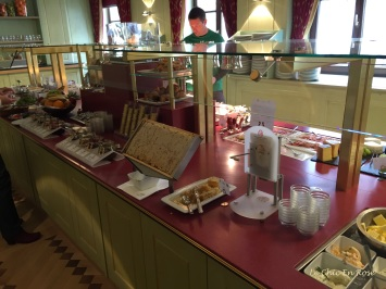 The breakfast buffet (Fruehstueckbuffet)