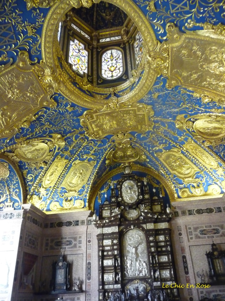 Gilt and lapis blue decorate the Reiche Kapelle (Ornate Chapel)